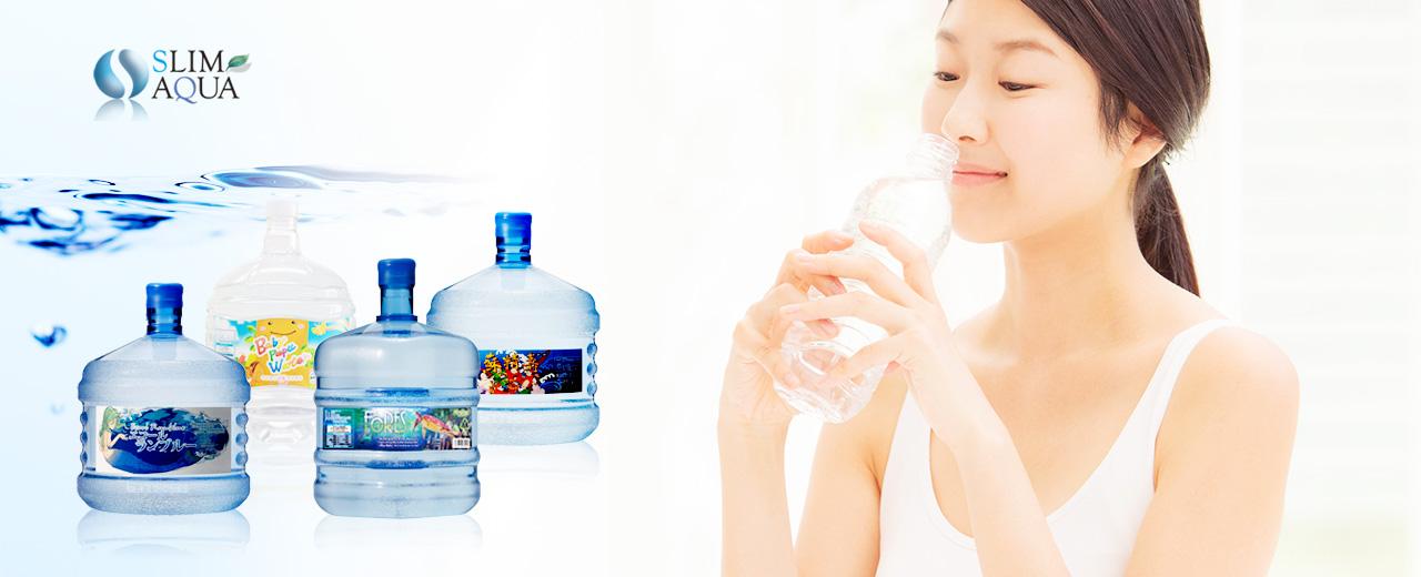 4種類のボトルウォーターと、ボトルウォーターを飲む健やかな女性