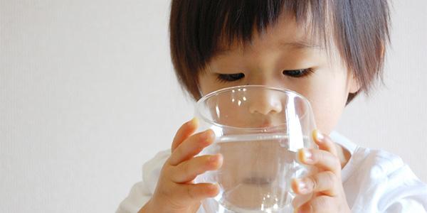 コップの水を飲む幼児