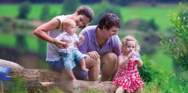 家族の写真 自然の中で水を飲む